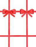 Nodo e nastri rossi dell'arco del raso sull'insieme bianco- 43 Fotografia Stock Libera da Diritti