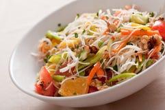 Noedel en plantaardige salade royalty-vrije stock fotografie