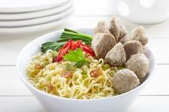 Noedel met het voedsel van vleesballetjeindonesië zoals die bakso genoemd wordt Stock Afbeeldingen