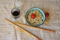 Noedel soop in teabowl, tomaten, sojasaus, eetstokjes Royalty-vrije Stock Foto