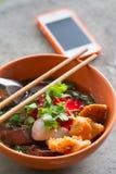 Noedels met fishball en groente met rode saus op lijst Royalty-vrije Stock Afbeelding