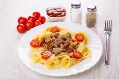 Noedels met gebraden pasteivulling, tomaat in plaat, zout, peper, ket royalty-vrije stock foto's