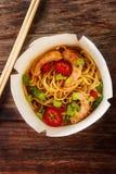 Noedels met groenten, garnalen, groene uien in zoet en zuur stock afbeelding