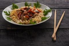 Noedels op een plaat en Chinese eetstokjes royalty-vrije stock foto's
