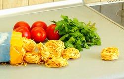 Noedels, tomaten en een peterselie Stock Afbeeldingen