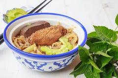 Noedelsoep met het voedsel van kippenazië Stock Afbeeldingen