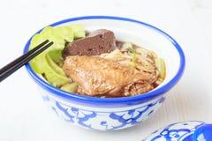 Noedelsoep met het voedsel van kippenazië Stock Fotografie