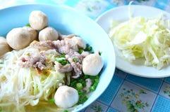 Noedelsoep met vleesbal en verse groente Stock Foto