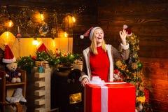 noel M?dchen genie?en gem?tlichen Atmosph?renWeihnachtsabend Angenehme Momente Weihnachtsfreude Frauenhölzernes Innenweihnachten lizenzfreie stockfotografie