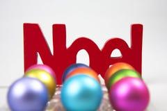 Noel und Weihnachtsverzierungen Stockbild