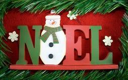 Noel Zeichen umgeben durch Kiefergirlande. Stockfotografie