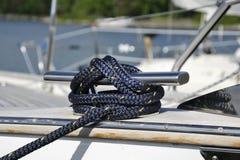 Noeud de navigation de yacht avec attachée la corde Images stock