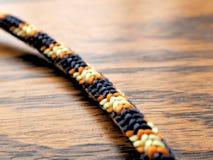 Noeud en nylon tressé de corde sur le fond en bois de grain pour s'élever, campant photos libres de droits