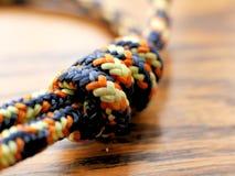 Noeud en nylon tressé de corde sur le fond en bois de grain pour s'élever, campant photos stock