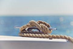 Noeud nautique sur un bateau image libre de droits