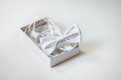Noeud papillon en soie de luxe dans la boîte décorée sur le fond clair Images stock
