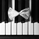 Noeud papillon - papillon sur le piano Image libre de droits