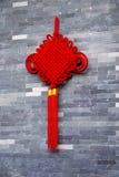 Noeud rouge sur le mur Photo stock