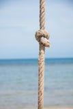 Noeud sur la corde et la mer Images libres de droits