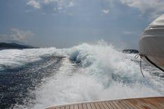 20 noeuds avec le yacht de luxe Images stock