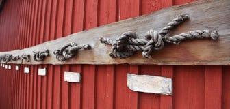 Noeuds de mer sur une grange rouge dans Marienhamn photo stock