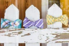 Noeuds papillon à vendre sur une clôture Images stock