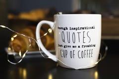 Nog inspirerande citationstecken ger precis mig en flippa ur kopp kaffe ', royaltyfria foton