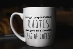 Nog inspirerande citationstecken ger precis mig en flippa ur kopp kaffe ', arkivbilder
