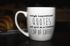 Nog inspirerande citationstecken ger precis mig en flippa ur kopp kaffe ', arkivfoton