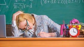 nog werkend Het werk ver voorbij daadwerkelijke schooldag De leraar vermoeide gezicht houdt werkend na klassen Leraar bezig met stock foto's
