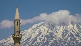 Nog wolken rond Onderstel Ararat en een minaret stock videobeelden