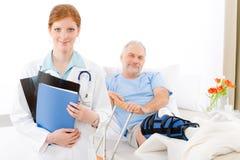 noga łamany doktorski żeński szpitalny pacjent Fotografia Royalty Free