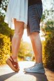 Noga facet i dziewczyny obejmowanie na tle park Obraz Royalty Free
