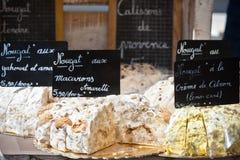 Noga het verkopen in een Franse markt Stock Afbeeldingen