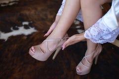 Noga i cieki szczegółu elegancka kobieta, panna młoda dostaje przygotowywający dla jej dnia ślubu fotografia stock