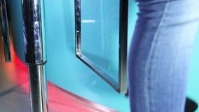 Noga młoda dziewczyna w Seat zbiory wideo