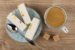 Noga met marmelade, lepel in schotel, koffieespresso in kop, suiker op houten lijst Hoogste mening stock afbeeldingen