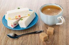 Noga met marmelade in schotel, koffie in kop op schotel, lepel, suiker op houten lijst royalty-vrije stock afbeeldingen
