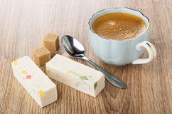 Noga met marmelade, suikerkubussen, lepel, koffie in kop op lijst stock afbeeldingen