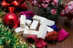 Noga, traditioneel Spaans snoepje voor Kerstmis de zoete donkere achtergrond van de amandelnoga met sneeuw en spardecoratie Royalty-vrije Stock Afbeeldingen