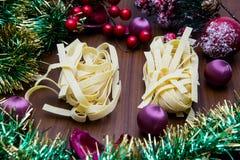 Noga, traditioneel Spaans snoepje voor Kerstmis de zoete donkere achtergrond van de amandelnoga met sneeuw en spardecoratie Stock Foto