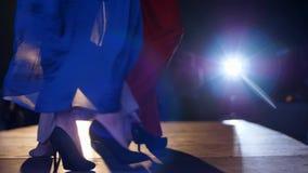 Noga wybieg modeluje w czerń heeled butach na podium zdjęcie wideo