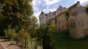 NOGENT-LE-ROTROU, FR - 23 AUGUSTUS 2018: Château des comtes du Perche, bomen, PAN stock video