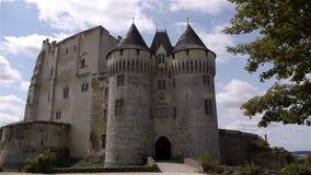 NOGENT-LE-ROTROU, FR - 23 AUGUSTUS 2018: Château des comtes du Perche, vooraanzicht, PAN stock footage