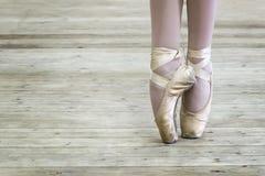 Nogi balerina w pointe butach kosmos kopii zdjęcia stock