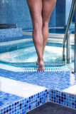 Nogi chodzi w basenie obrazy royalty free
