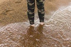 Nogi chodzi w wodzie Fotografia Royalty Free
