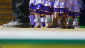 Nogi damy w ludowych krajowych tatar rzemiennych butach i długo omijają spacery na scenie zbiory