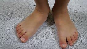 Nogi dziecka zakończenie na szarym tle w zwolnionym tempie zbiory wideo