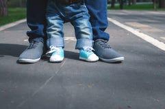 Nogi dziecko i dorosły fotografia royalty free
